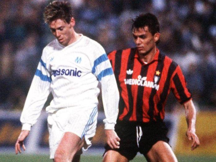 Chris Waddle pugna con Paolo Maldini