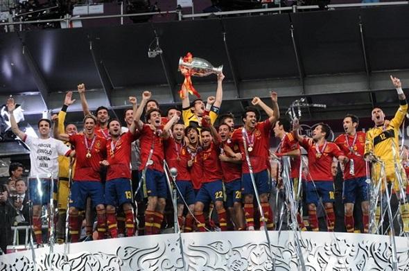 Spain_national_football_team_Euro_2012_trophy_01