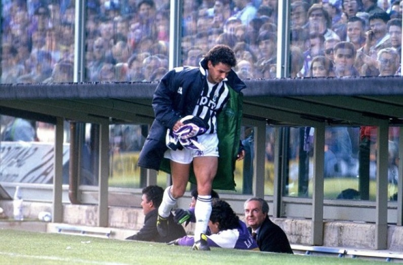 Roberto_Baggio_raccoglie_la_sciarpa_viola_-_Fiorentina_1-0_Juventus_1990-1991