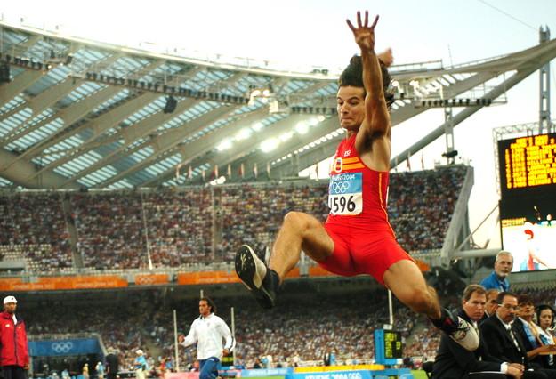 ATENAS (Grecia) 24-08-04.- El saltador español Yago Lamela en su primer intento en la prueba de clasificación de salto de longitud de los Juegos Olímpicos Atenas 2004, hoy, en el estadio olímpico de la capital griega.- EFE/EDUARDO ABAD