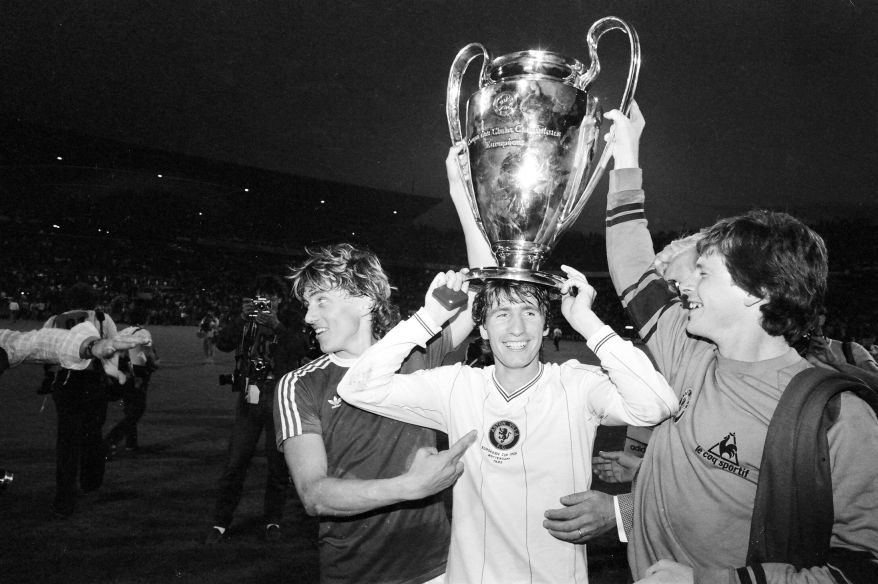 European_Cup_Final_at_De_Kuip_Stadium_in_Rotterdam._Aston_Villa_1_v_Bayern_Munich_0._Villa_players_celebrate_with_the_trophy._26th_May_1982_339144_450127068
